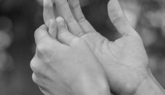 Relación entre tics y el síndrome de Tourette.